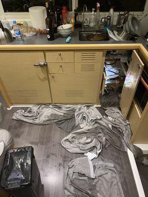 Apropos schief gehen! Vor ein paar Wochen bin ich Nachts durch den Bilgenalarm geweckt worden ... eine Wasserleitung hatte sich gelöst und das Wasser spritzte unter dem Waschbecken munter herum.  Nach dem Schrecken, war aber alles schnell repariert!