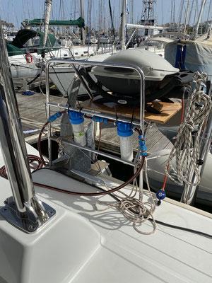 """Bevor das Wasser in die Wassertanks des Bootes kommt, wird es nun durch zwei Vorfilter geschickt (einen 25 MIkronfilter und einen 5 Mikronfilter) ... da das Wasser im Tank natürlich auch an """"Qualität"""" verlieren kann ..."""