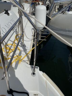 Lange getüftelt habe ich an der Verkabelung der externen Satellitenantenne für mein Iridium Go. Nun bin ich am Heck des Bootes durch das Deck, dann durch den Motorraum in die Backbordkabine ...