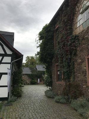 Eingang zum Innenhof, rechts die umgebaute Scheune