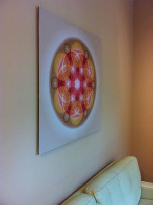Lebendiges Mandala aus der ELEMENT LINE im Wartebereich einer Zahnarztpraxis, Echtfoto hinter Acylglas, 90 x 90 cm. © Susanne Barth