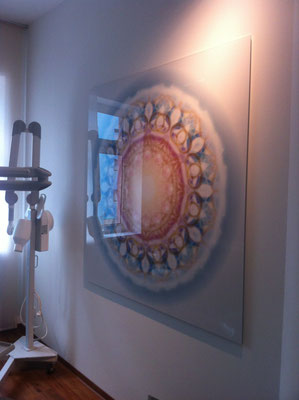 Lebendiger Meisterkristall im Behandlungsraum einer Zahnarztpraxis, Echtfoto hinter Acylglas, 150 x 150 cm. © Susanne Barth