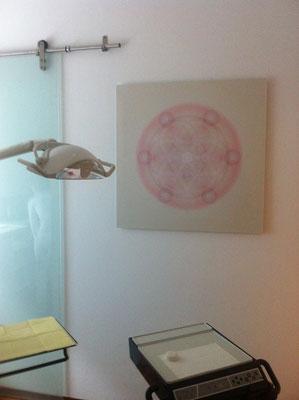 Lebendiges Mandala in Praxisräumen von DENTALspirit Frankfurt, 90 x 90 cm © Susanne Barth