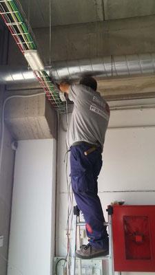 Técnico realizando instalación de cabledado para videoportero