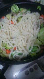 そのあと、茹でた(あるいは解凍した)麺を混ぜる。