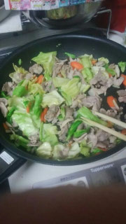 肉や野菜に火を通す。