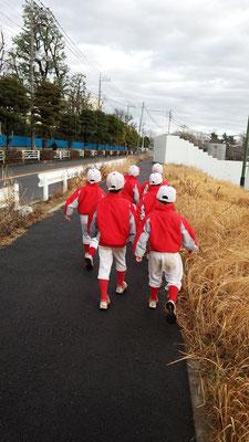 Bチーム:開会式会場までの道中。きちんと列を作って行進の練習!