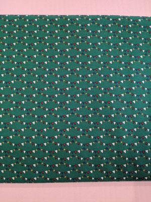 Kleine Wimpelkette auf dunkelgrün