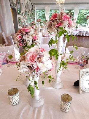 Elegant geschmückte Tische