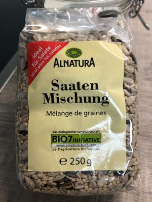 Hier zeige ich dir die Saaten Mischung die ich für mein Brot verwendet habe... du kannst die Saaten in den Teig einkneten und einen Teil davon auch aufs Brot streuen....