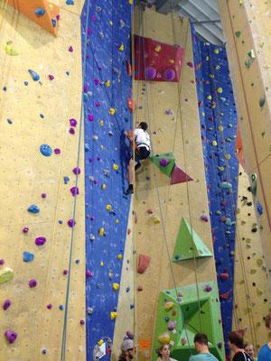 Bloß nicht nach unten gucken ^^. Das Klettern ist wahrlich nicht einfach, vor allem wenn man Höhenangst hat aber man kann sie damit überwinden.