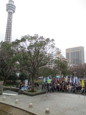 広い山下公園のマリンタワーと氷川丸の間の広場で集会がありました