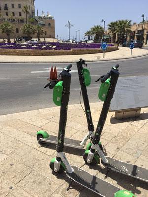 Israel, Tel Aviv: Damit man schnell vorwärts kommt, leiht man sich einen der unzähligen E-Scooter. Zu empfehlen sind eine israelische SIM-Karte und viel Geduld. Denn viele Scooter sind entweder nicht geladen, kaputt oder die App zickt rum. (Silke)