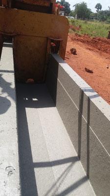 Extrusion d'un caniveau U à l'aide d'un coffrage glissant - Chantier Colas/Razel en Cote d'Ivoire