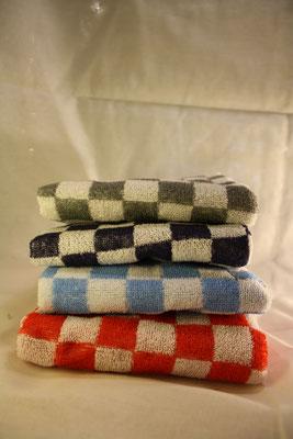 096. Handdoek Ruit Grijs - Zwart - Lichtblauw - Rood  €5,-