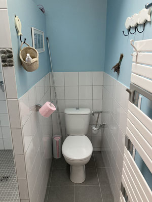 Papier toilette fourni ainsi que produits
