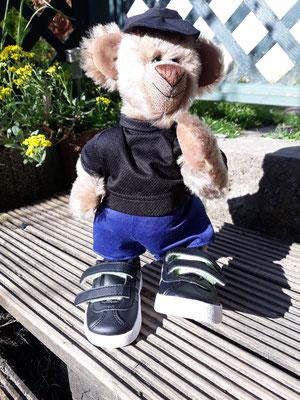 Bär stehend in Jogger Pose mit echten Adidas Schuhen