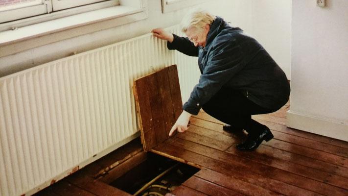 Tineke Sassen in haar ouderlijke huis in de Oterleekstraat - Plek waar onderduikers verborgen zaten in WII