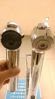 シャワー吐出部比較。左が従来型(エコ)、右が新型(クリーンシャワー)。切り替えレバー大型化、色を明るいグレー化で汚れを目立たなくしました。