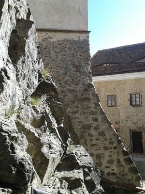 Teil des Felssporns, auf dem die Hauptburg steht. Rechts angeschnitten das alte Wirtschafts-Gebäude im unteren Schlosshof.