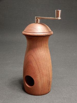 Muskatmühle aus Nussbaum,     ca. 6 x 16 cm,     CHF 75.-,     Lieferbar