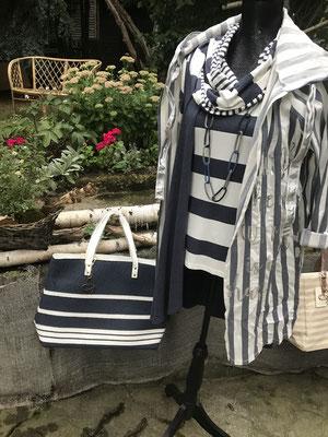 perfektes Styling für den Urlaub an der See, Shirt und Weste, dazu passende extravagante Kette und Rundschal, abgerundet mit einer schicken leichten Jacke und passender Tasche