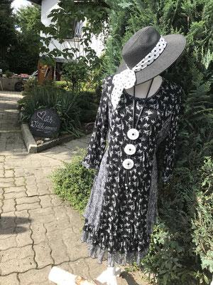 romantisches Lagenlook-Kleid... sehr schoen fallend und verspielt für eine kleinere Frau, apssend dazu eine superschoene handgemachte Kette