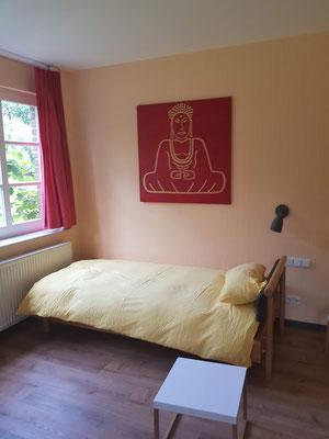 Schlafzimmer, Buddhabild, Blick zur Natur