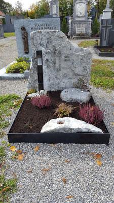 Hausfelsen der Verstorbenen, der vordere Weihwasserkesselstein ist der Abschnitt der Unterkante des Felsens