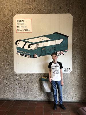 """Der """"Chefdesigner""""vor seinem Wandgemälde in der Dieter-Forte-Gesamtschule Düsseldorf, Schülerarbeit"""