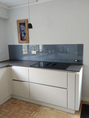 Glasmagnettafel-Küchenrückwand im Farbton Shadow Blue (REF 7000) mit 2 Steckdosenbohrungen