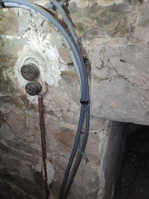 Et il y a encore des interrupteurs en bakélite témoins de l'existence d'un éclairage dans les combles. Ce n'est plus nécessaire avec les balladeuses de chantier sur batterie.