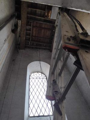 A partir du 1er étage, une échelle conduit 10 m plus haut au second étage. Interdit aux personnes sensibles au vertige.
