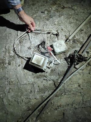 L'ancienne installation électrique avec des transfos pour les éclairages au milieu de la nef. Un clou sert à maintenir le tuyau métallique soutenant les spots qui peuvent donc être descendus pour les remplacer.