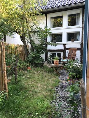 Sitzecke vor dem Wohnzimmerfenster am Garten