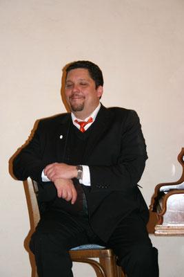 Daniel Fischer neben dem Klavier