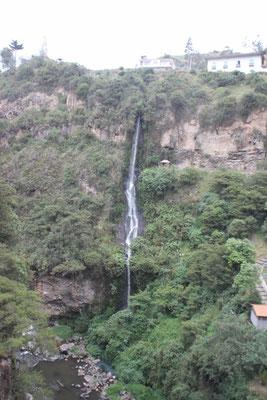 Direkt neben der Kirche war ein kleiner Wasserfall.