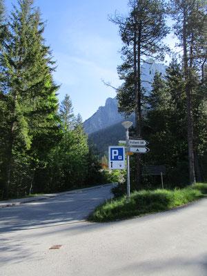 Wegweiser und Parkplatzschilder