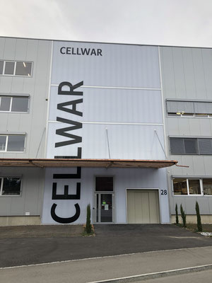 Folienschrift direkt auf Fassadenverkleidung geklebt