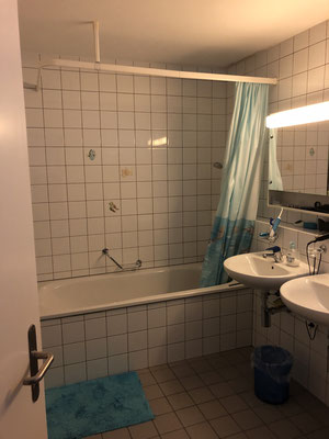 Badezimmer mit Bad im 1. Stock