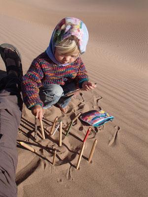 Sarah beim Spiel in den Dünen, 3. Standplatz Foum-Zguid  -  Mhamid