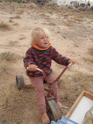 Sarah auf ihrem Lieblingsdreirad, Olivenfarm