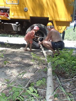 Sarah hilft beim Holzmachen