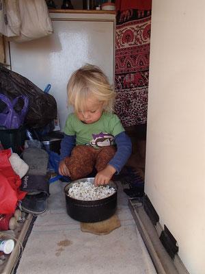 eines von Sarahs Lieblingsspeisen frisch gemacht in der Wüste