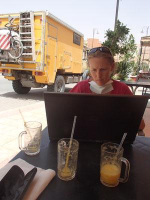 Computerarbeit in Boulman Dades