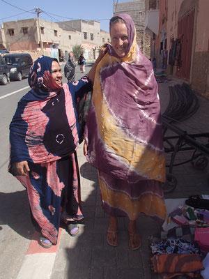 Stephanie beim Tuchkauf Foum el Hassan