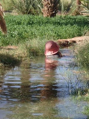 Sarah im Bewässerungsgraben