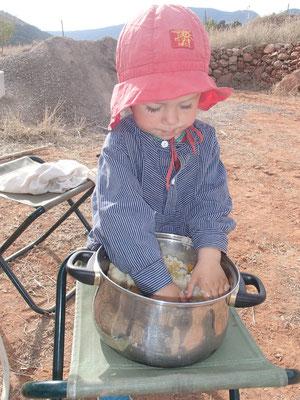 Sarah beim vegetarischen Streich vorbereiten (matschen)