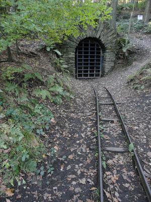 Schiene führt in den Stollen.