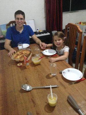 Erstes Essen an unserem neuen Tisch